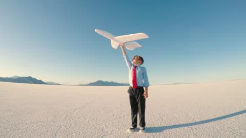 vídeos y material grabado en eventos de stock de muchacho joven con el avión de juguete - explorar nuevo territorio
