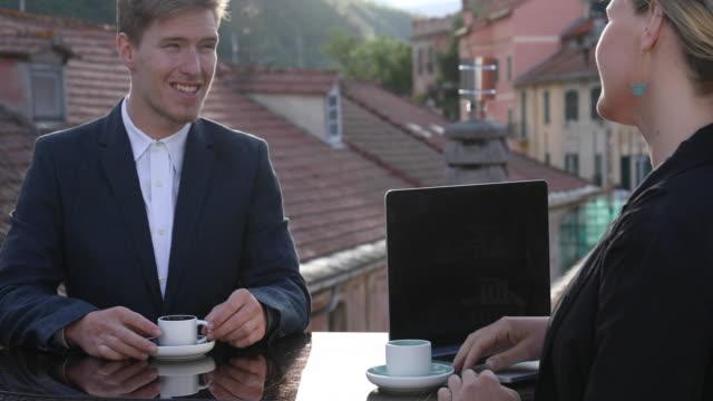 屋上からの若手企業幹部の連携 - エスプレッソ点の映像素材/bロール