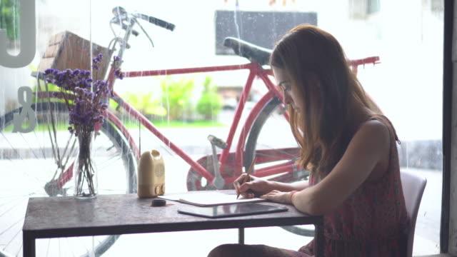 Fille de jeunes entrepreneurs travaillant avec ordinateur portable au café café.