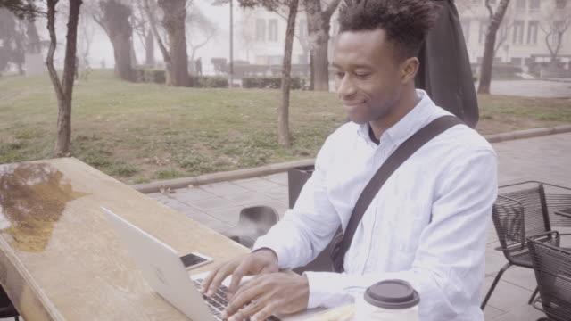 junger geschäftsmann in innenstadt - stadtviertel stock-videos und b-roll-filmmaterial