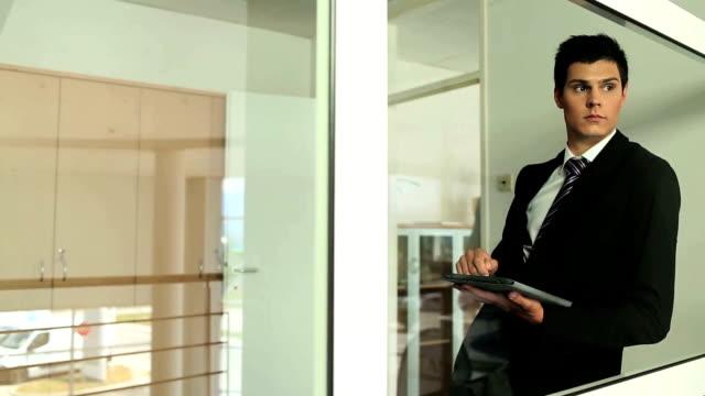 junge business mann auf tablet pc - osteuropäische kultur stock-videos und b-roll-filmmaterial
