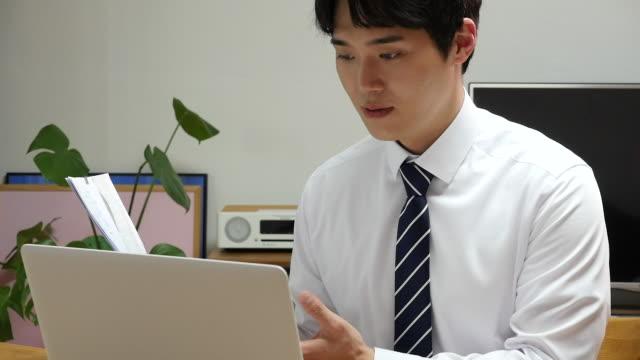 stockvideo's en b-roll-footage met young business man working at home - overhemd en stropdas