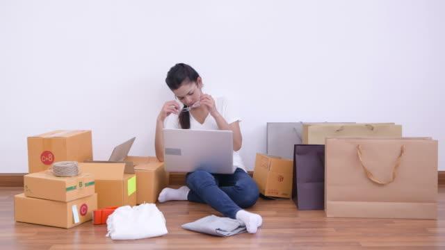 stockvideo's en b-roll-footage met young business eigenaar thuiskantoor, online marketing verpakking doos en levering e-commerce - e commerce