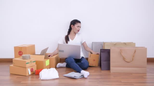 若いビジネスオーナーのホームオフィス、オンラインマーケティング包装ボックス、配信電子商取引 - 誤り点の映像素材/bロール