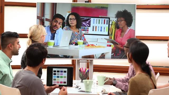 vídeos y material grabado en eventos de stock de young business professionals having a video teleconference meeting - conferencia telefonica