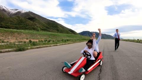 unga företagsteam av barn gå cart race - möjlighet bildbanksvideor och videomaterial från bakom kulisserna