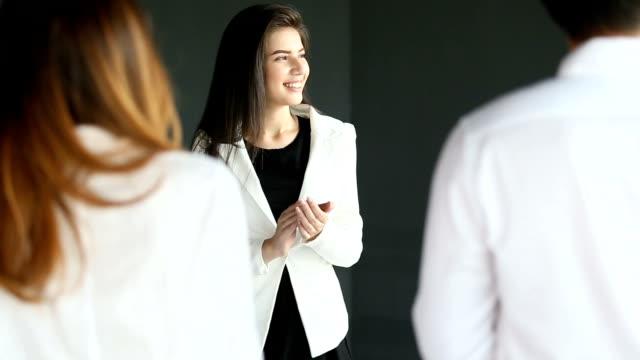 vidéos et rushes de femme d'affaires jeune applaudissements dans la salle de réunion. - féliciter
