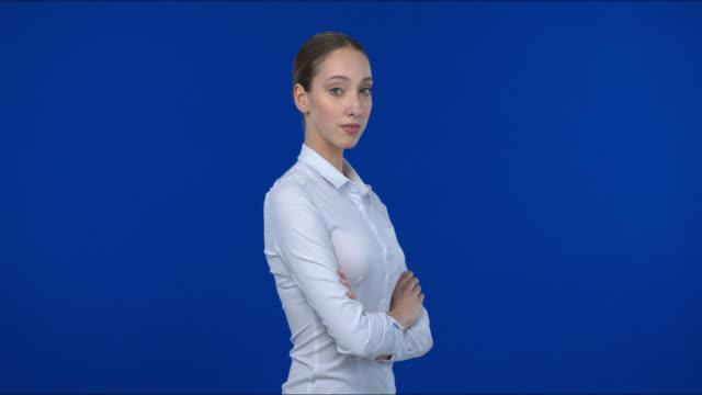 ung affärskvinna tittar på kameran tryggt. - sedd från sidan bildbanksvideor och videomaterial från bakom kulisserna