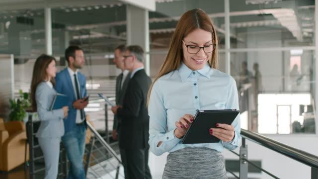 vidéos et rushes de femme d'affaires jeune à l'aide de tablette numérique. - bring your own device