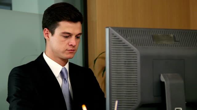 vidéos et rushes de jeune homme d'affaires sur ordinateur partage sourire et logiciels de visualisation - seulement des hommes