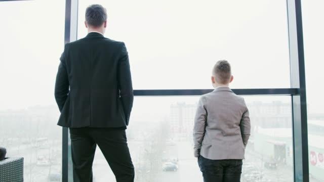 stockvideo's en b-roll-footage met jonge zakenman jongen invoeren office, real-time - verantwoordelijkheid