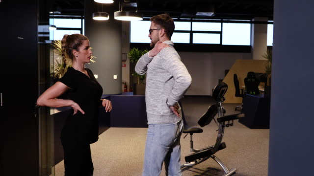 vídeos de stock e filmes b-roll de young businessman complain about backache while corporate massage therapist giving him advices how to prevent that - dor no pescoço