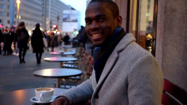genießen sie kaffee in einem straßencafé jungunternehmer - kaffee getränk stock-videos und b-roll-filmmaterial