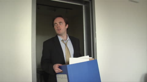 vídeos y material grabado en eventos de stock de ms, young businessman leaving office with cardboard box after being fired - derrota