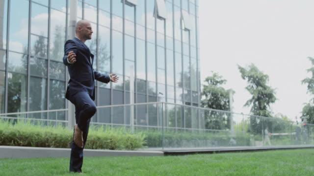vidéos et rushes de jeune homme d'affaires méditer - un seul homme d'âge moyen