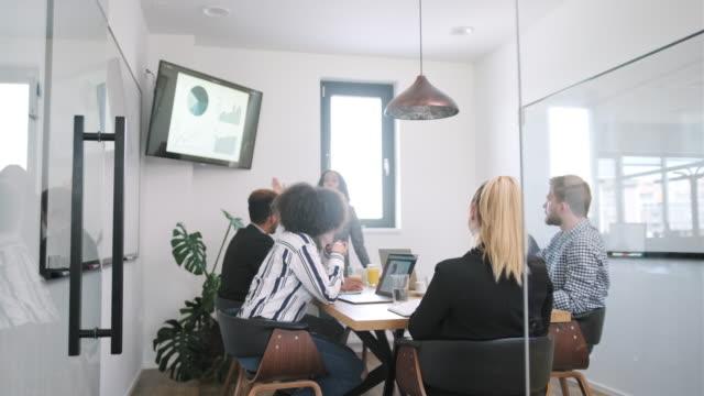 年輕商人向同事展示幻燈片展示簡報 - 現代 風格 個影片檔及 b 捲影像