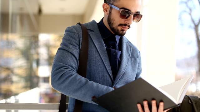vídeos de stock e filmes b-roll de young businessman searching for some files - feira de emprego