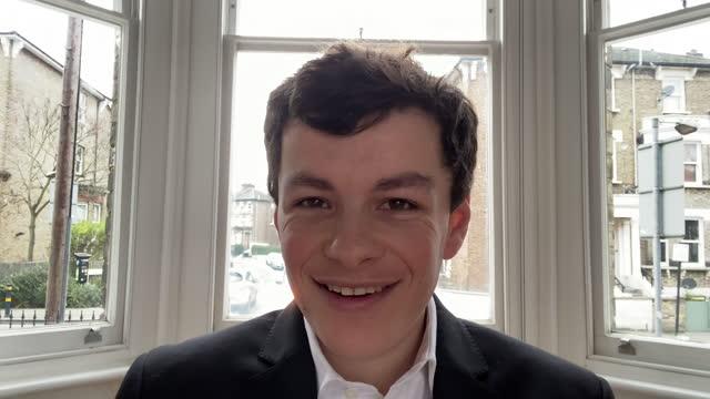 ung affärsman som ler på videosamtal - framifrån bildbanksvideor och videomaterial från bakom kulisserna