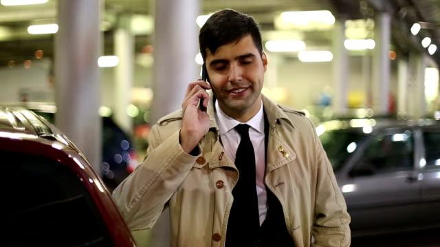 Jeune homme d'affaires, parler sur téléphone portable en plein air