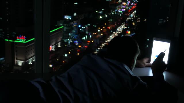 junger geschäftsmann mit tablet-computer auf dem boden - casual clothing stock-videos und b-roll-filmmaterial