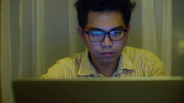 vídeos de stock, filmes e b-roll de jovem empresário trabalhar até tarde na noite - excesso de trabalho