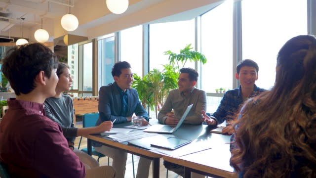 tu ms young businesspeople having meeting at conference table - カジュアルウェア点の映像素材/bロール
