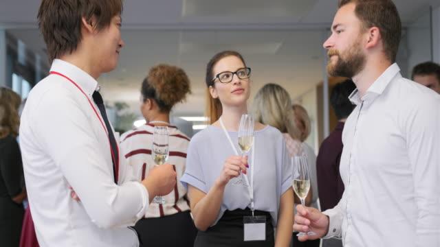 unga affärsmän rosta med champagne på fest - party social event bildbanksvideor och videomaterial från bakom kulisserna
