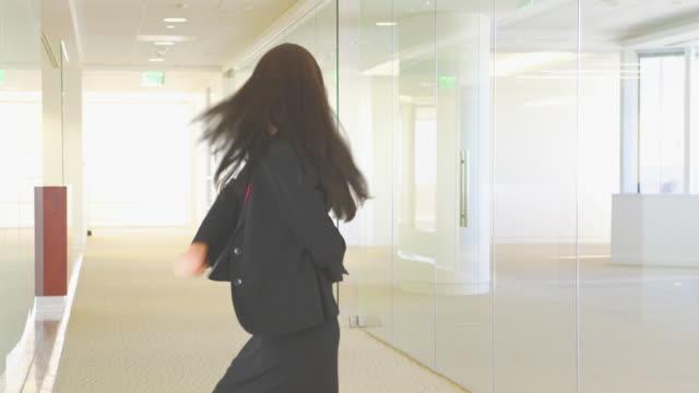 vídeos de stock e filmes b-roll de young businesswoman dancing and pointing - fotografia de três quartos