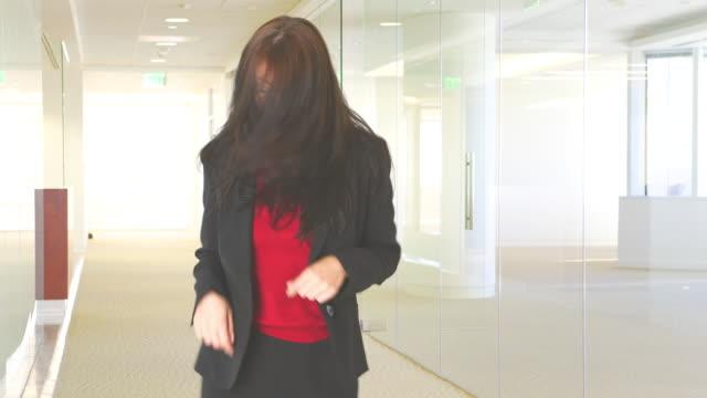 vídeos de stock e filmes b-roll de young businesswoman dancing - fotografia de três quartos