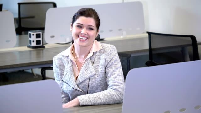junge geschäftsfrau in gemeinsamen büroräumen - oberkörper stock-videos und b-roll-filmmaterial