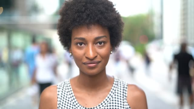 vídeos de stock, filmes e b-roll de retrato novo da mulher de negócios na cidade - autoconfiança