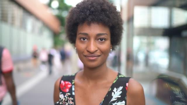 ung affärs kvinna porträtt på stan - brasilianskt ursprung bildbanksvideor och videomaterial från bakom kulisserna