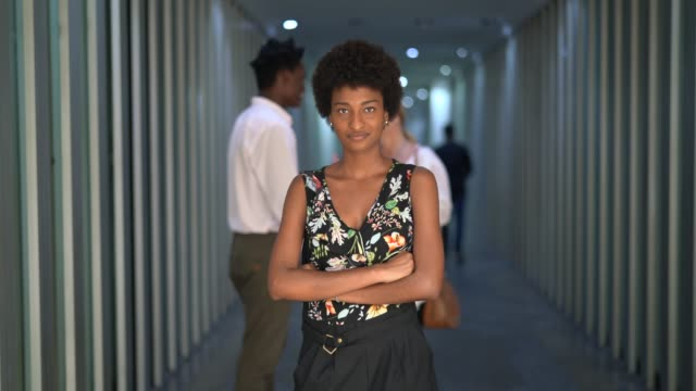 vídeos de stock e filmes b-roll de young businesswoman portrait on workplace - braços cruzados