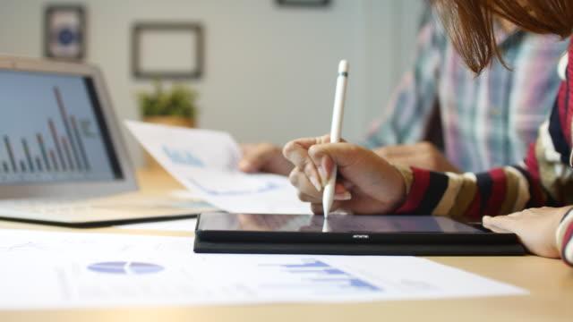 junge geschäftsfrau profi mit digital tablet im büro mit grafik-tablet - transparent stock-videos und b-roll-filmmaterial
