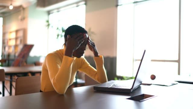 vídeos de stock, filmes e b-roll de jovem empresária cansada de trabalhar no escritório - coworking space
