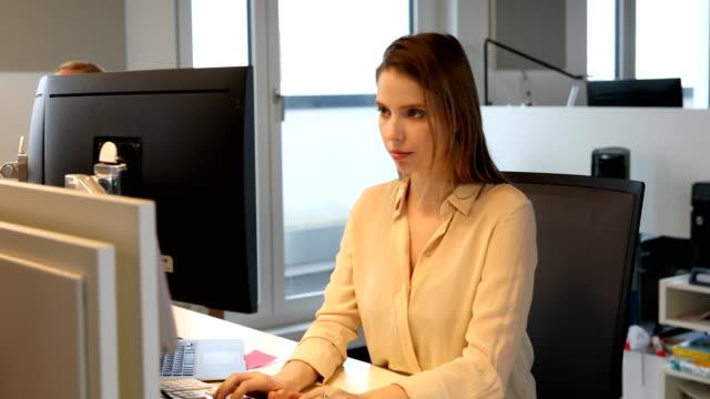 vidéos et rushes de jeune femme d'affaires avec ordinateur dans le nouveau bureau - col blanc