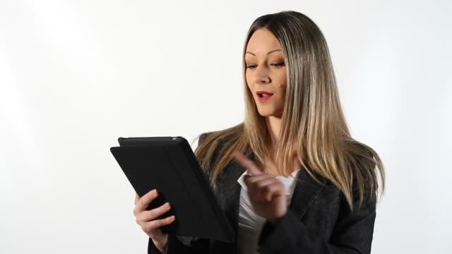 Jeune femme d'affaires à l'aide de Tablette numérique