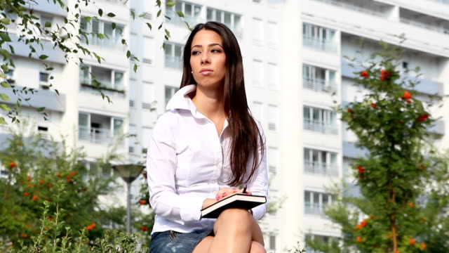 giovane donna in carriera - gambe accavallate video stock e b–roll