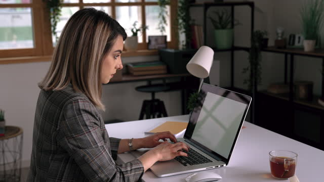 young businesswoman working from home - hot desking stock videos & royalty-free footage