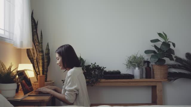 vídeos de stock, filmes e b-roll de jovem empresária trabalhando em estufa. - enfeitado