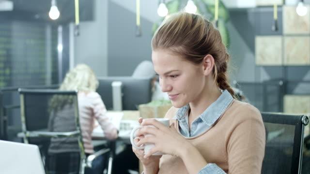Jonge zakenvrouw werken