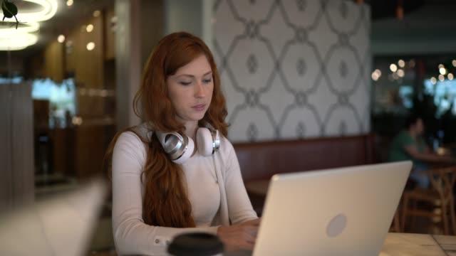 vídeos de stock, filmes e b-roll de jovem empresária que trabalha com tecnologia no coworking - trabalho de freelancer