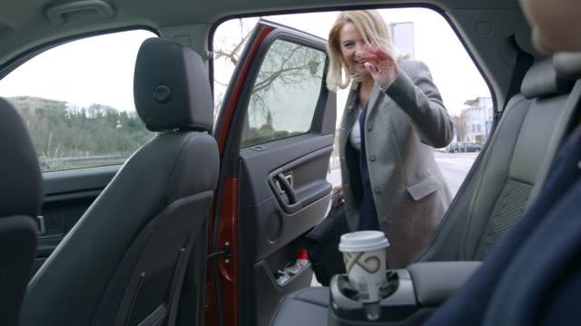 vidéos et rushes de ms jeunes femmes d'affaires partageant taxi crowdsourced - partage