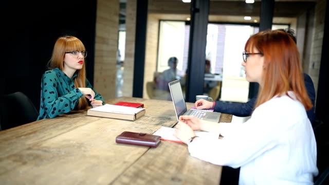 Junger Bewerber im Vorstellungsgespräch nervös