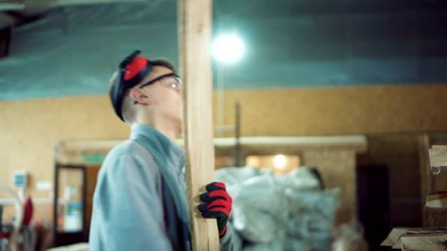 vídeos y material grabado en eventos de stock de joven carpintero con maderas - carpintería