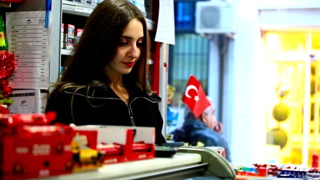HD: Jeunes travaillant à la banque d'achat de denrées alimentaires