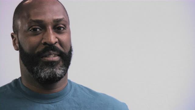 Jeune homme décontracté. D'origine africaine. Afro-américain.