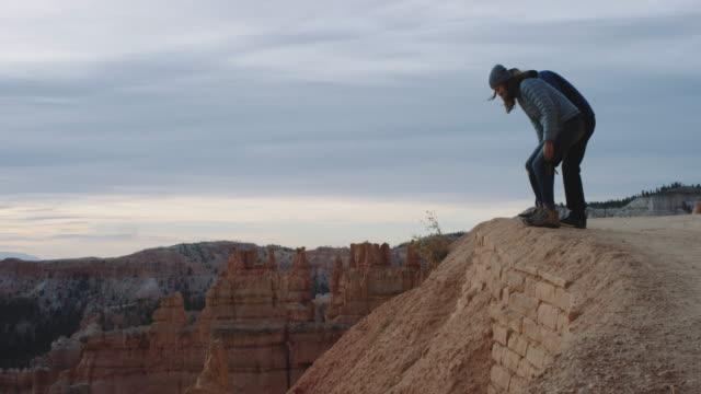 4K UHD: kaukasische Pärchen sitzen und Einweichen in Bryce Canyon Sunrise