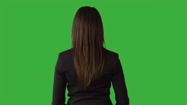 vidéos et rushes de young caucasian manager standing isolated against green screen. good-looking brunette businesswoman talking in front of green background. - rouge à lèvres rouge