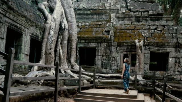 vídeos de stock e filmes b-roll de young caucasian woman   in ta prohm temple - camboja